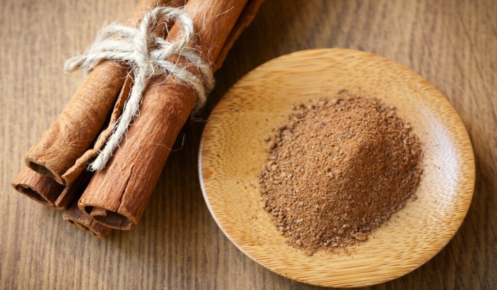 Канела, Канелата се използва от хилядолетия, още от времето на древните цивилизации. Римляните са я използвали в ритуалите за балсамиране. През Средновековието лекарите лекували с нея възпалено гърло, кашлица и артрит. Канелата има противовъзпалително, антибактериално, противогъбично и антиоксидантно действие.