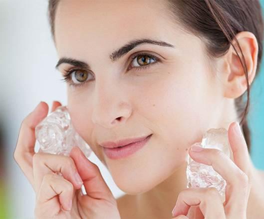 Прилагане на къбчета лед върху кожата.