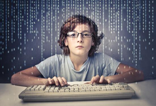 Децата прекарват прекалено дълго време пред компютъра