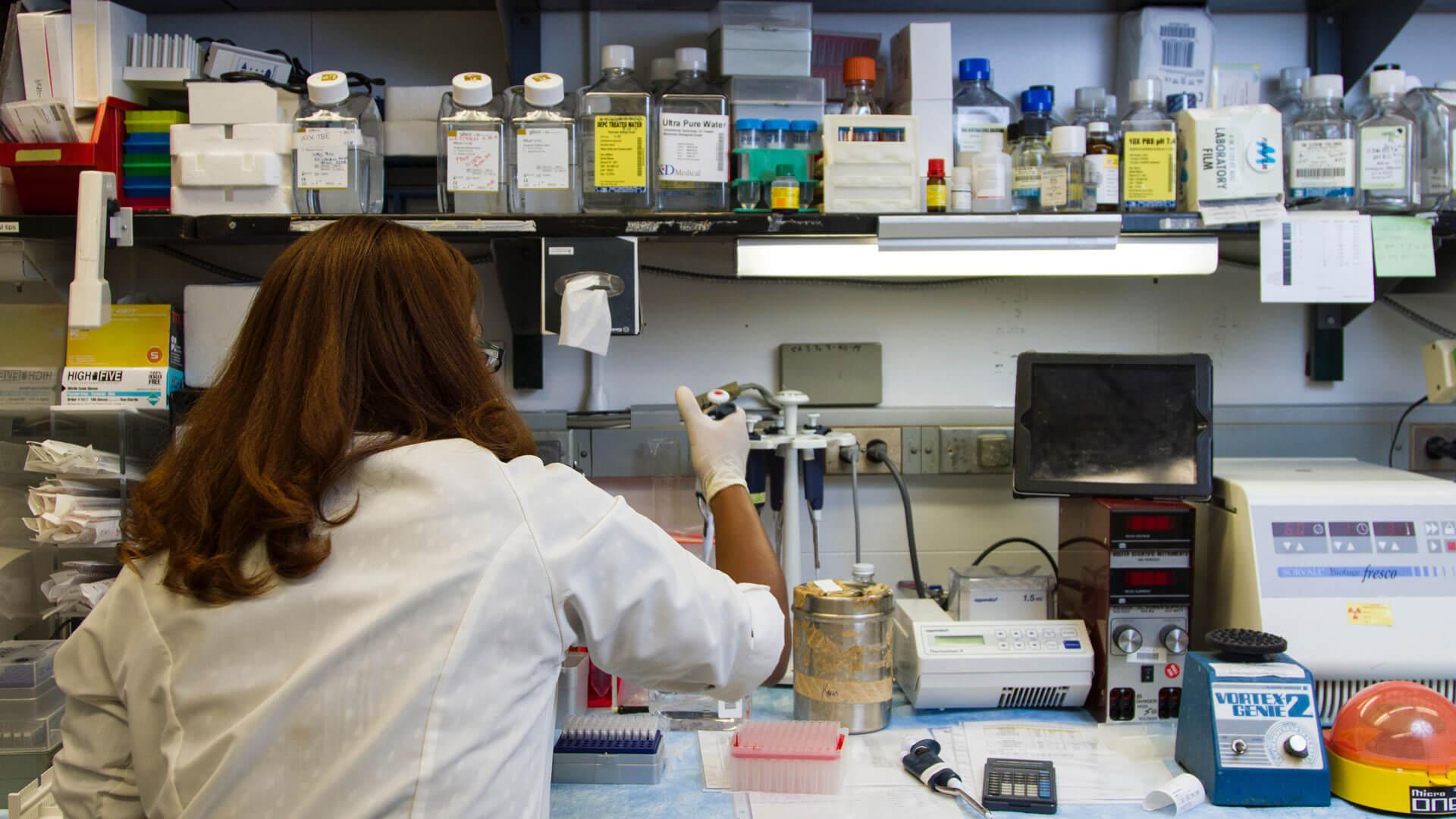 Тестване за коронавирус в лаборатория